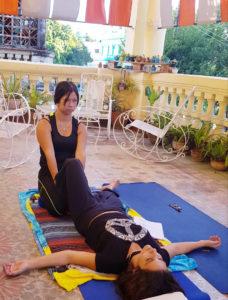 Nuestra alumna Yai Chi trabajando el Masaje Tradicional Tailandés